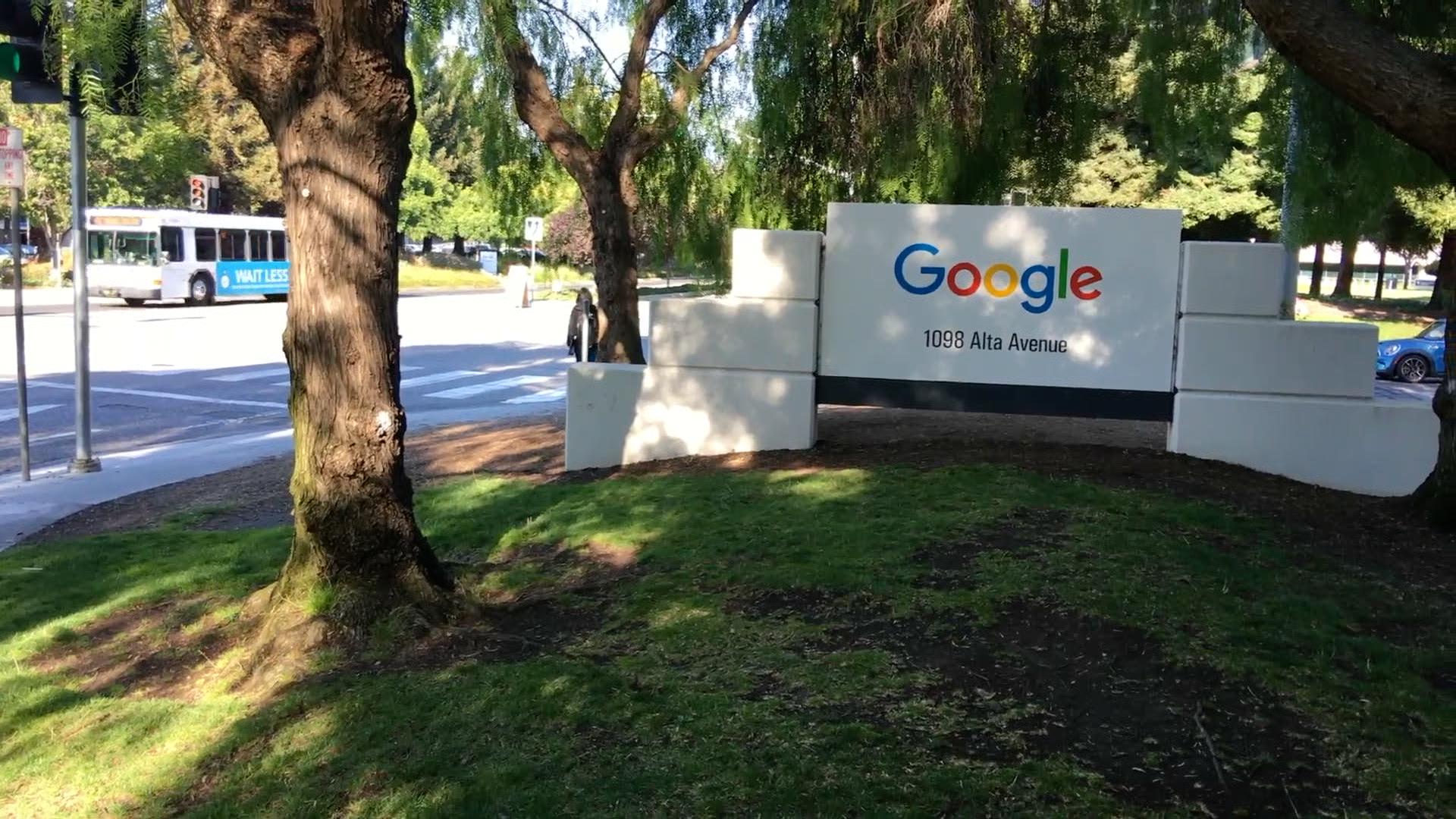 Google začal blokovat některé otravné reklamy. Podle kritiků to dělá hlavně pro vlastní zisk