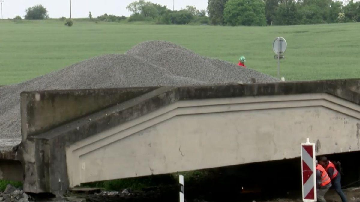 Silničáři bourají most několik dní poté, co prošel zátěžovým testem, prověrka byla prý jen na zkoušku