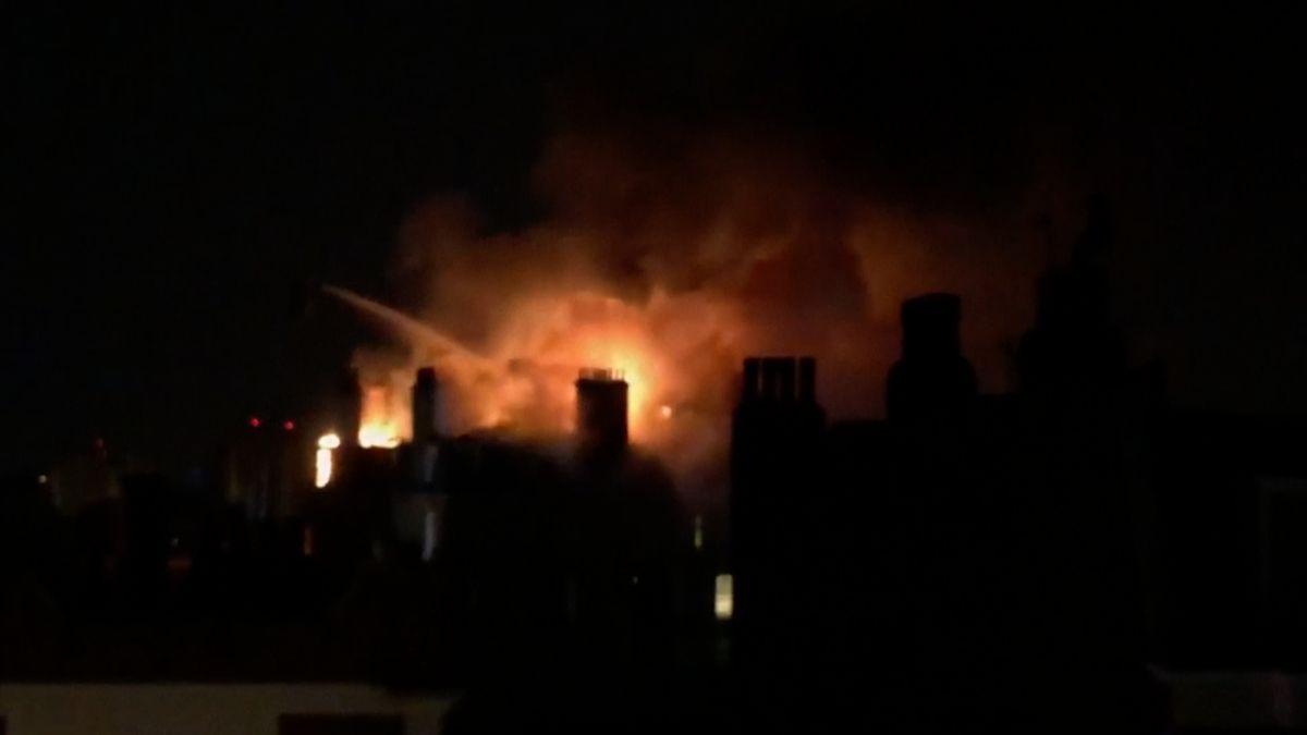 V Londýně hořel bytový dům. Požár byl vidět na kilometry daleko, zasahovalo u něj sto hasičů