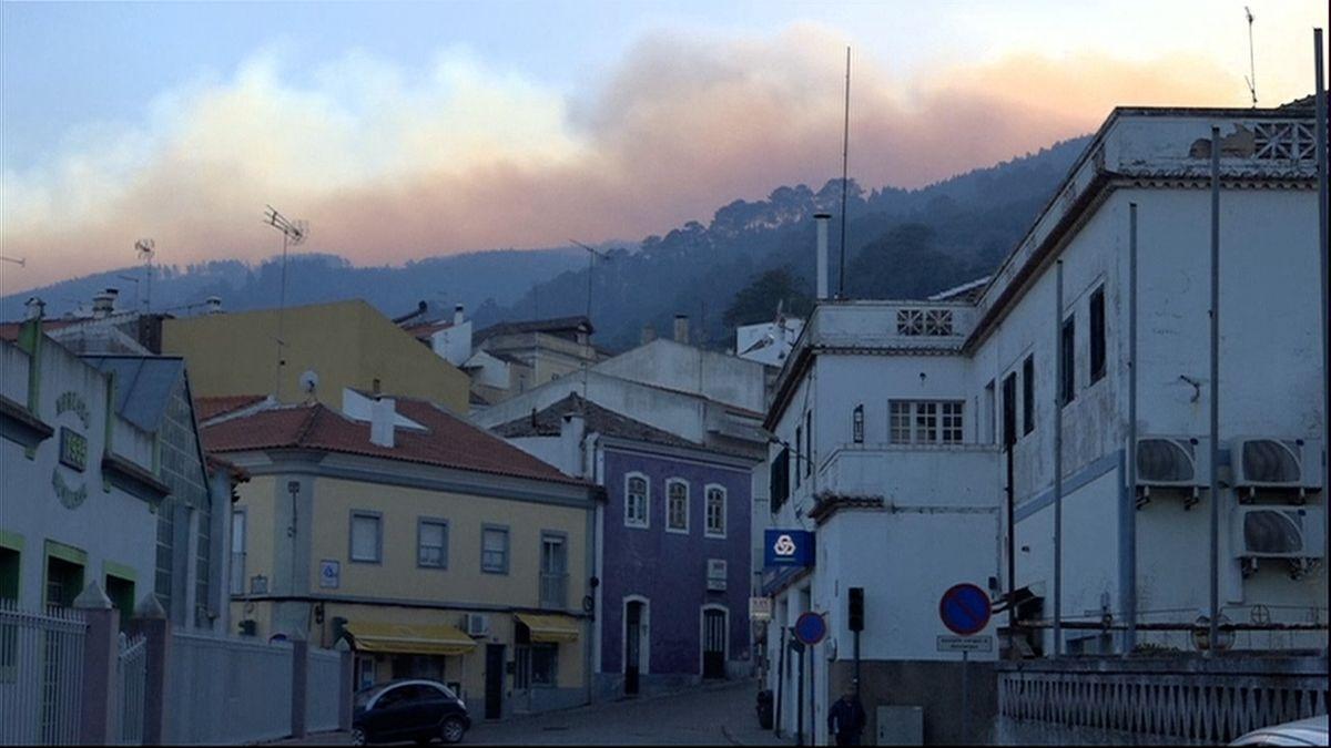 Požár na jihu Portugalska se přibližuje k letoviskům na pobřeží