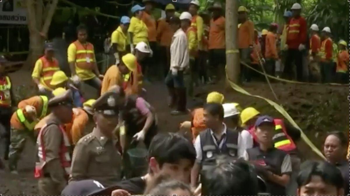 Záznam záchrany: K chlapcům v jeskyni se dostal lékař. Na vyproštění se musí spěchat