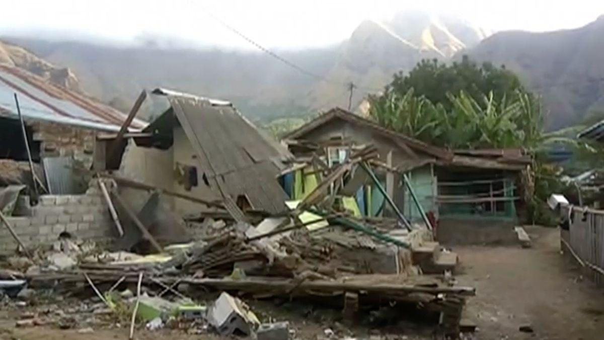 V Indonésii zachraňují z hory přes 800 turistů. Zemětřesení jim odřízlo přístupovou cestu