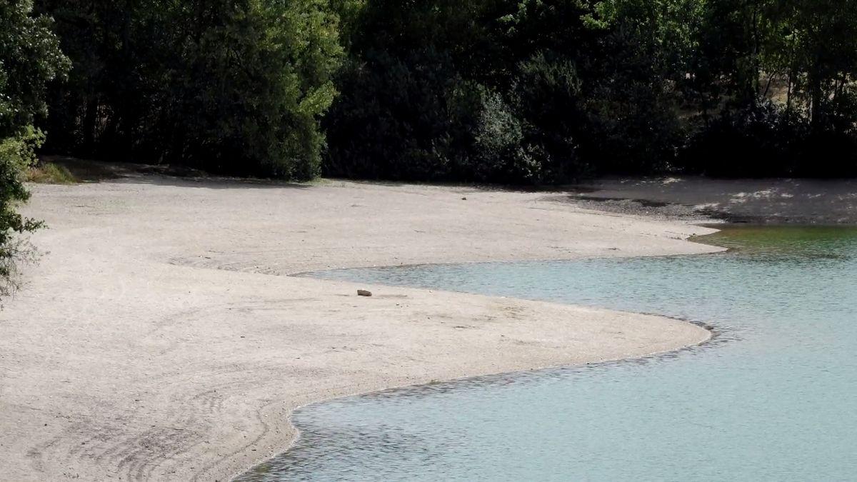 Hladiny klesly o dva metry, voda je teplejší než na Jadranu a šplhá k rekordním 28 stupňům
