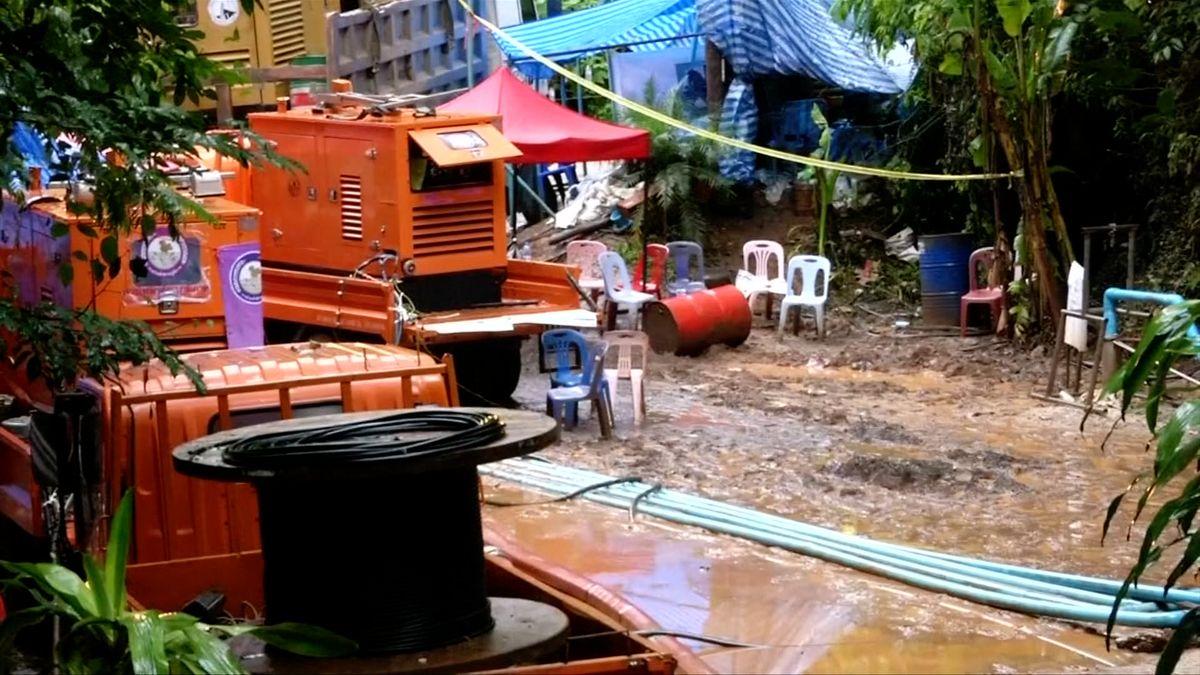 Záchranná mise v Thajsku mohla skončit tragédií. Krátce po jejím konci se porouchalo čerpadlo