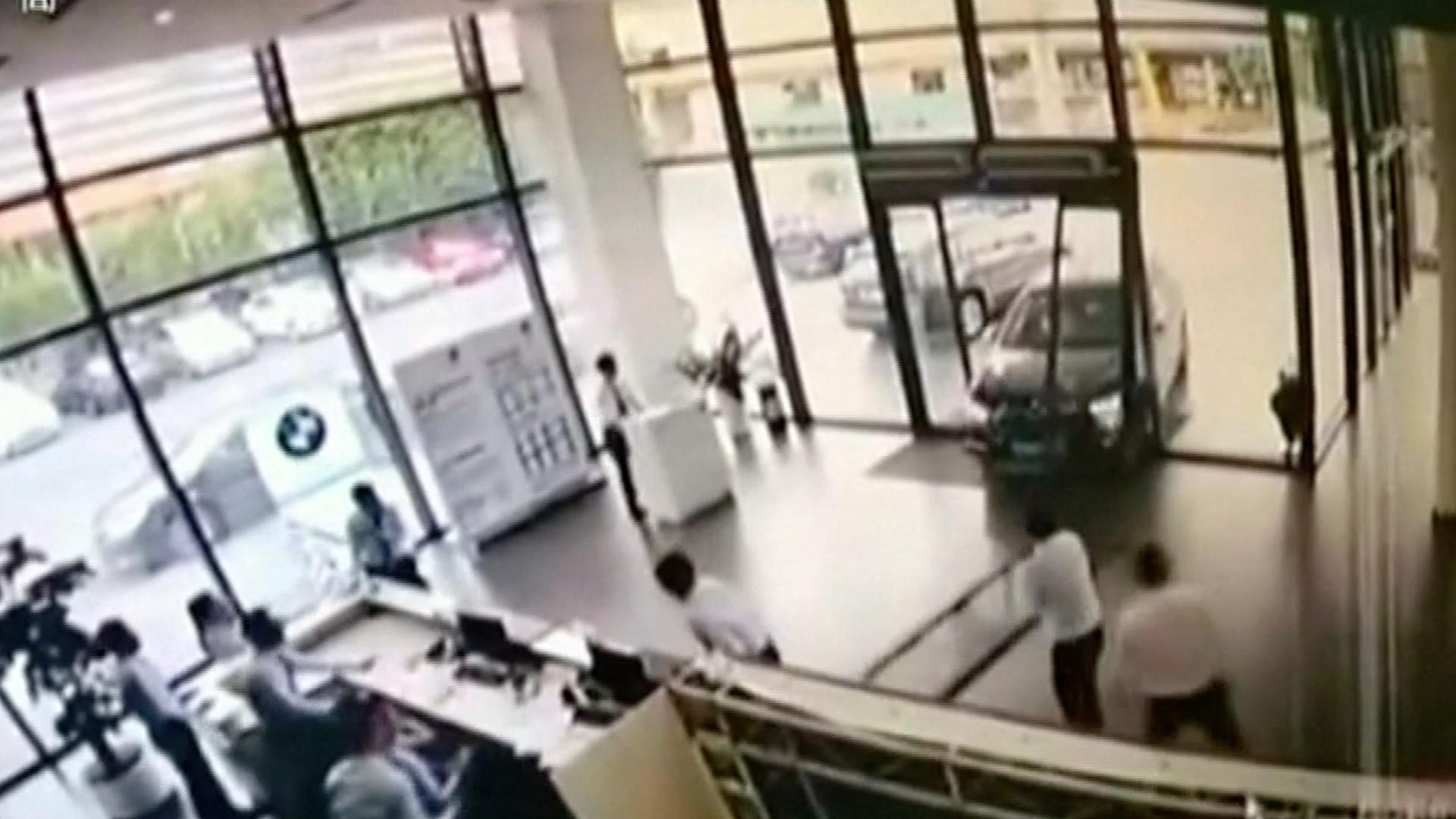 Řidič si spletl brzdu s plynem a půjčeným vozem prorazil dveře prodejny aut