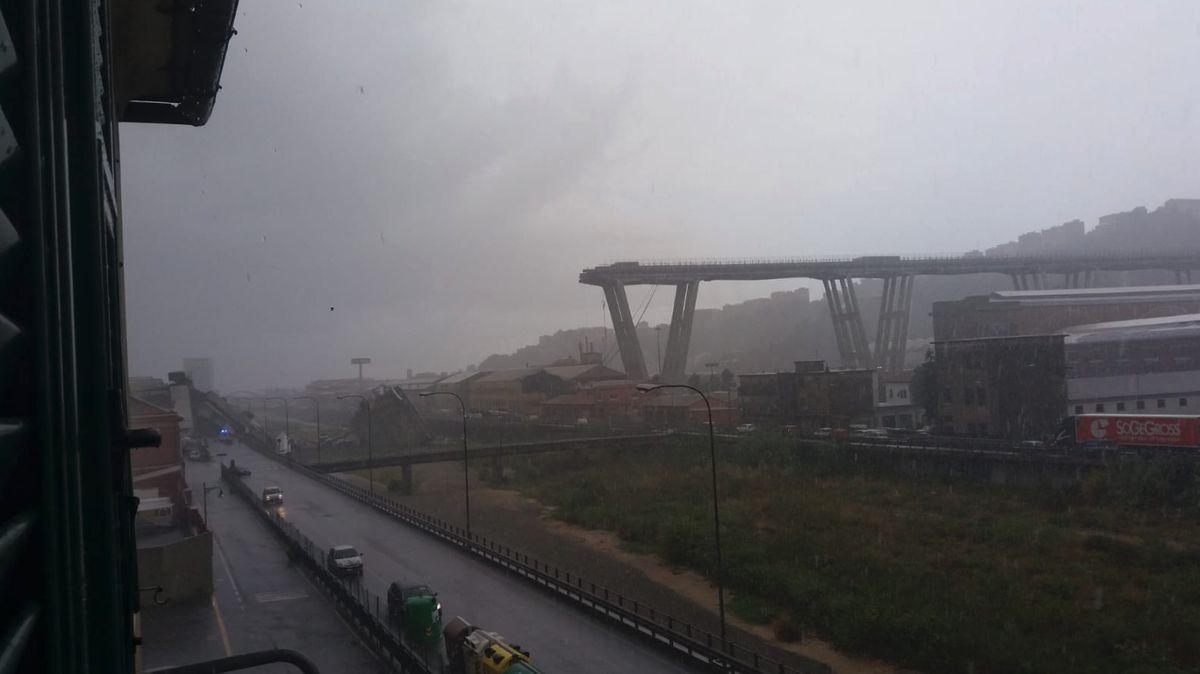 V Itálii se zřítil most za plného provozu, spadl z něj i český kamion