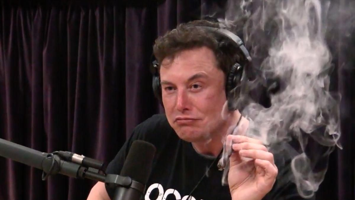 Hlavní účetní Tesly odstoupil a Elon Musk kouřil jointa v přímém přenosu