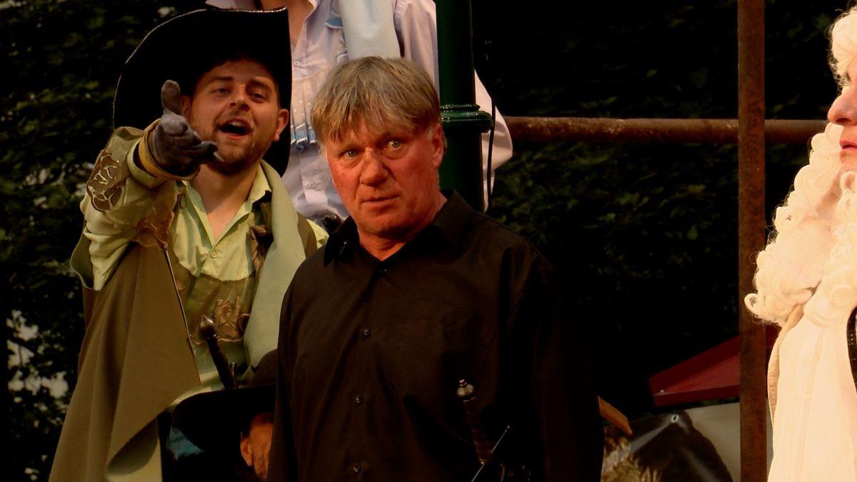 """""""Od Cyrana bychom se měli učit všichni,"""" říká Michal Dlouhý. Nosáče hraje před plzeňským publikem"""