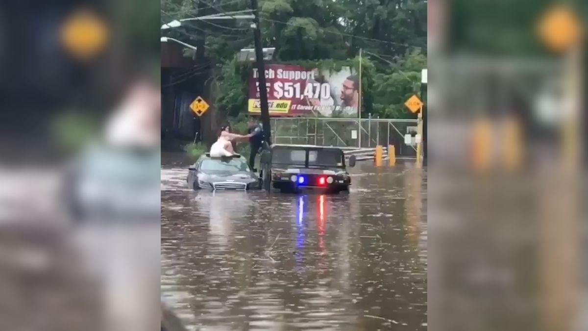 Američtí strážníci přispěchali na pomoc nevěstě. Uvázla v zatopeném autě