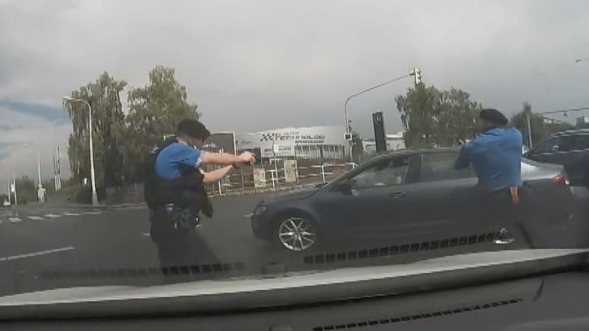 Policejní záběry: Prahou se řítil v protisměru, ignoroval semafory a policistům házel pod kola kovové ježky