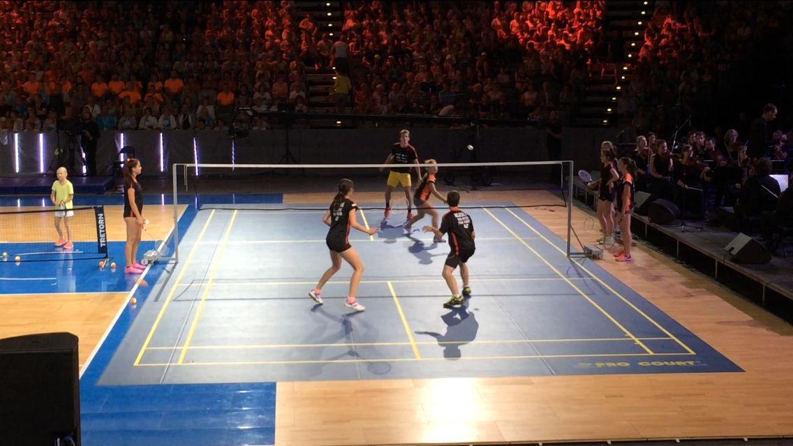 V O2 areně ukázal Sokol to nejlepší, co umí: badminton, akrobaty i trampolínu