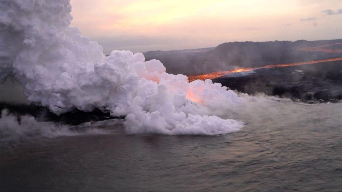 Turista natočil video, jak lávová bomba ze sopky zasahuje vyhlídkový člun