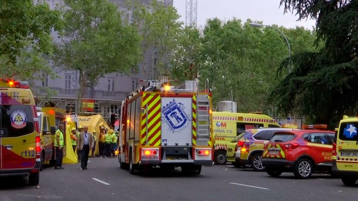 Jeden mrtvý a 11zraněných dělníků po pádu lešení vMadridu