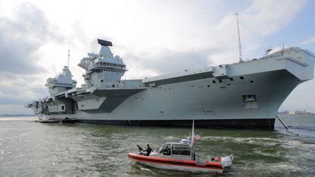 U břehů New Yorku zakotvila největší loď britského námořnictva všechdob