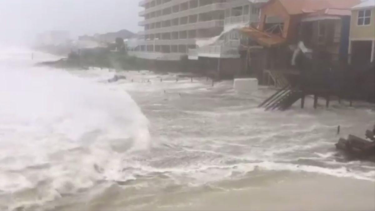 Hurikán Michael pustoší pobřeží USA. Strhává střechy a převrací auta