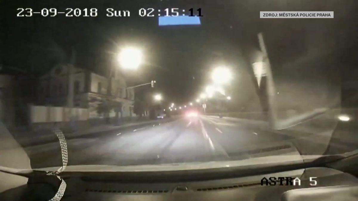 Honička vcentru Prahy skončila bouračkou, kradené auto řídil muž bez dokladů