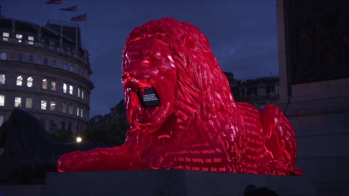 Místo lvího řevu básně. Červený král zvířat na Trafalgar Square umí díky umělé inteligenci skládat poezii