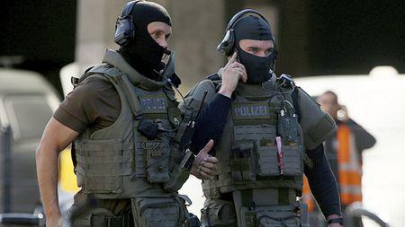 Na vlakovém nádraží vKolíně nad Rýnem neznámí útočníci drží rukojmí, byla slyšetstřelba