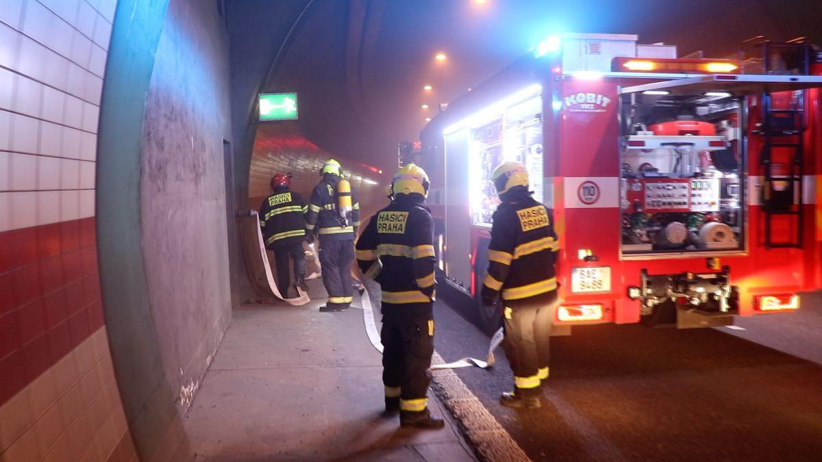 Pražskou Mrázovku uzavřelo hořící auto. Oheň poškodil zabezpečovací systém tunelu