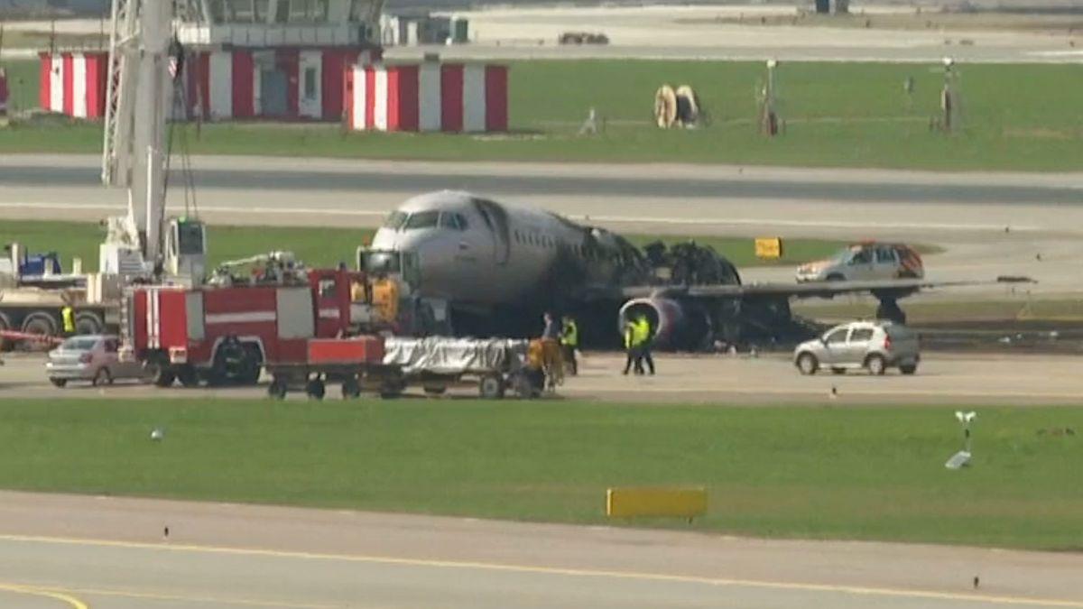 Muž si při evakuaci zletadla vzal kufr. Po něm vyvázli živí už jen tři lidé