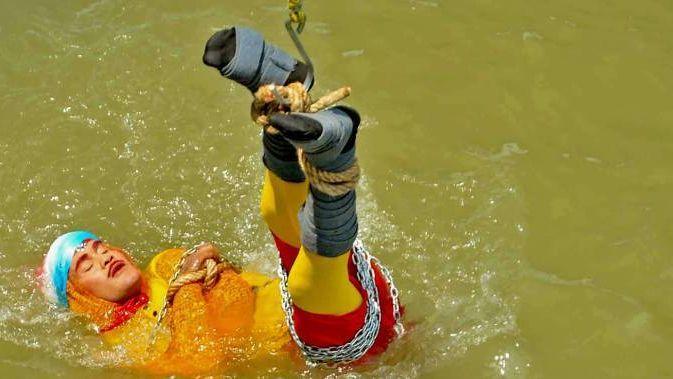Kouzelník chtěl předvést Houdiniho trik a uniknout zklece pod vodou. Nejspíš se utopil