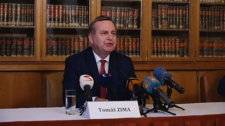 Tlak na rezignaci rektora Zimy kvůli smlouvě sHome Creditem sílí, akademický senát se kjeho odvolání nehlásí