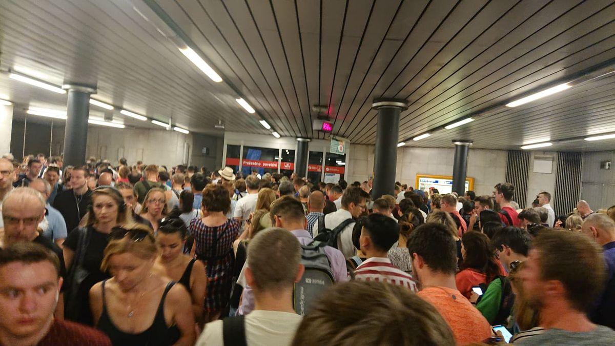 Výluka ucpala stanici metra Pražského povstání, lidé čekali na výstup desítky minut