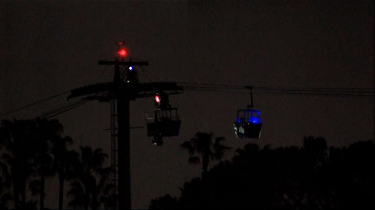 Kvůli větru zůstali návštěvníci zábavního parku hodiny uvěznění na lanovce, hasiči je slaňovali do člunů
