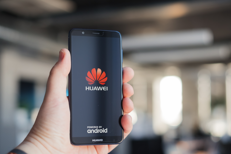 Advokát, který pracoval pro Huawei, píše Praze. Chce zpět práci udopravního podniku