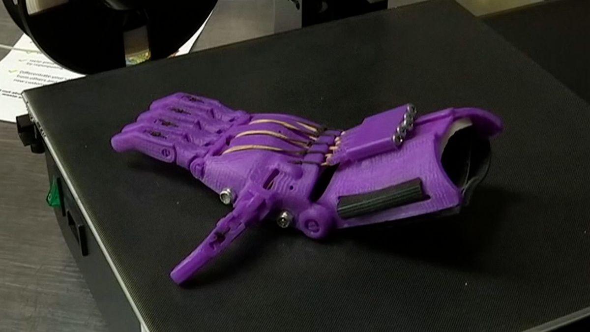 Australský holič vyrábí zlahví od šamponu na 3D tiskárně umělé končetiny