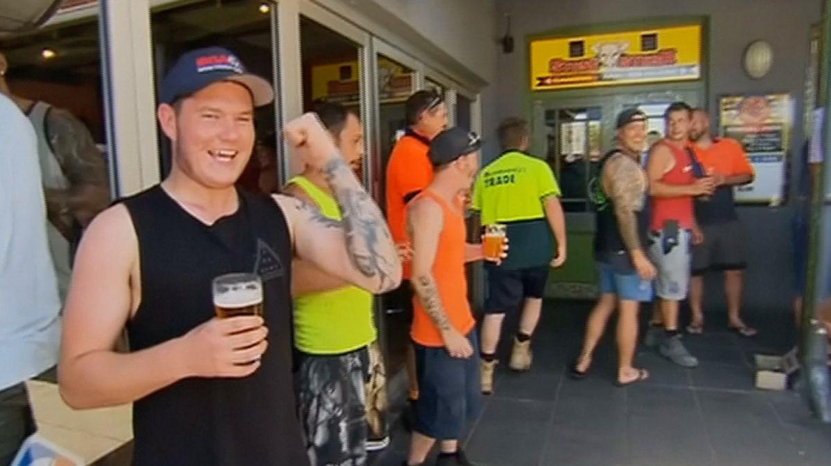 Pivo zdarma pro přehřáté Australany. Restaurace bojuje proti extrémnímu horku