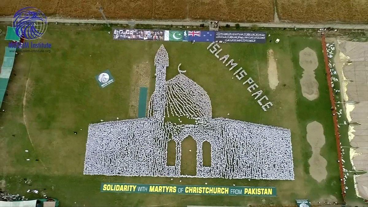 Tisíce Pákistánců vbílém vytvořily lidský obraz a uctily tak památku obětí útoku vChristchurch