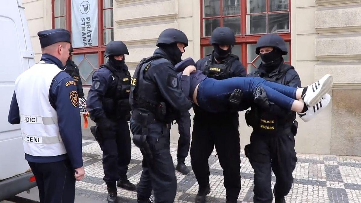 Pražský magistrát hořel, jedovatý dým prostoupil budovu. Naštěstí jen jako