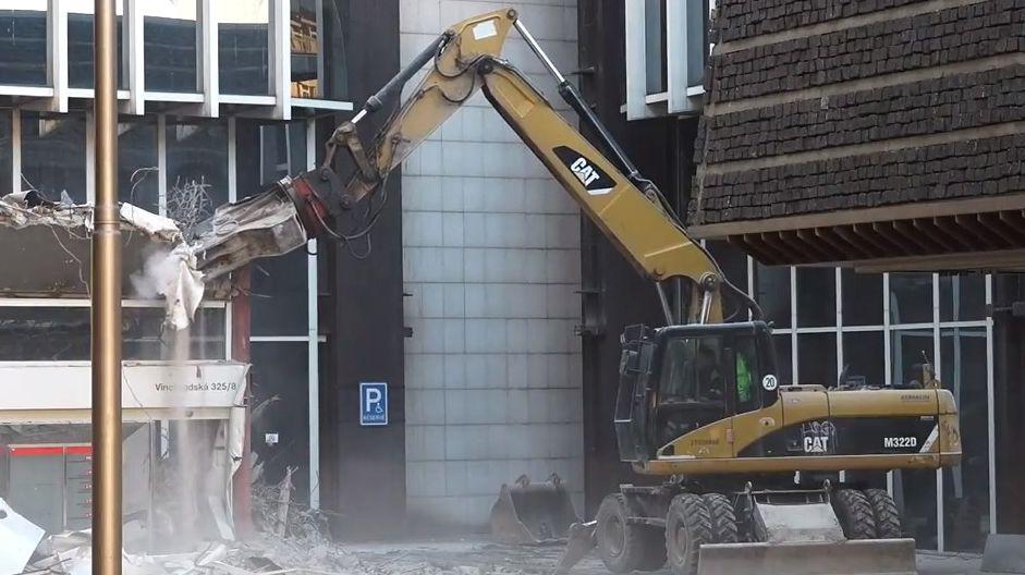 Čtyřicet let brutalismu vPraze jde kzemi, začala demolice komplexu Transgas