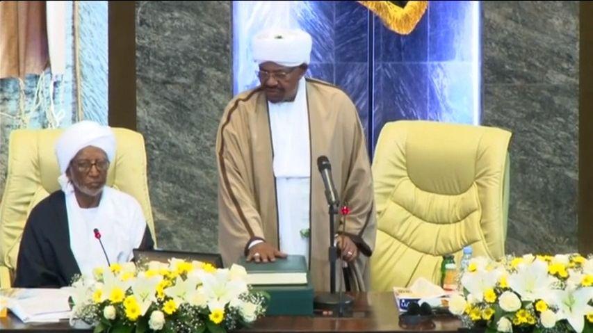 Exprezident Súdánu od svržení poprvé na veřejnosti. Čelí obvinění zkorupce a objednání vraždy protestujících
