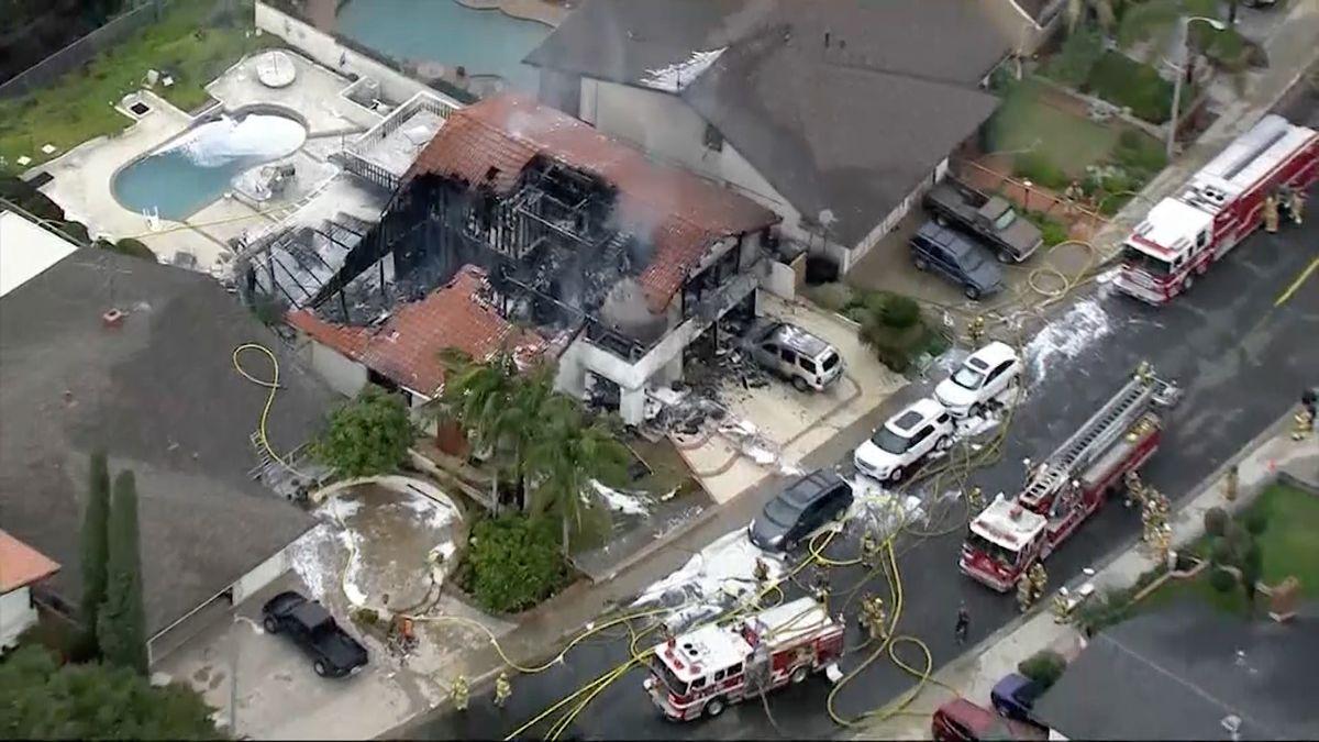 VKalifornii spadlo malé letadlo na rodinný dům, uhořel pilot a čtyři lidé