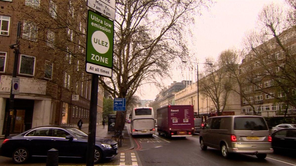 Londýn bojuje za lepší ovzduší. Pro řidiče starších vozů zavádí poplatek za vjezd do centra