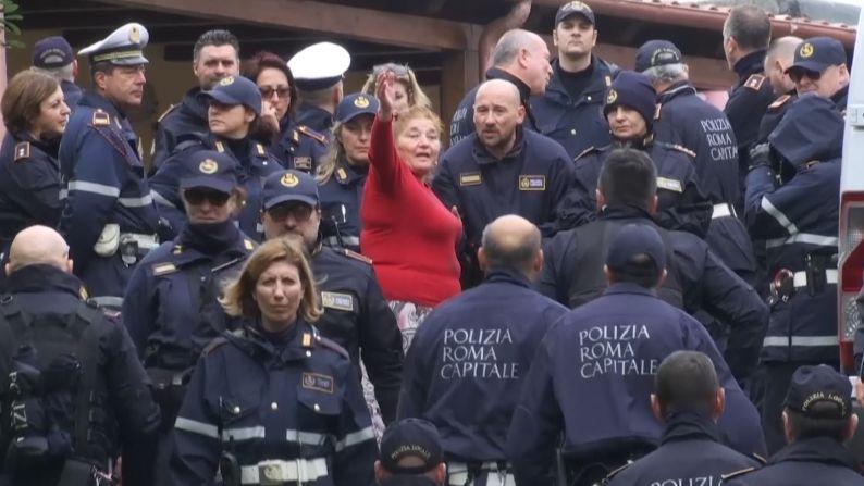 Jak se zbavit mafie: Stovky italských policistů vystěhovaly klan Casamonica