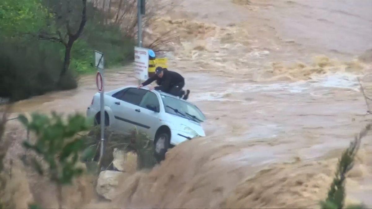 Auto strhla voda, řidič vyšplhal na střechu a čekal na záchranu