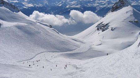 Lavina zasypala sjezdovku vCrans-Montaně. Pod sněhem může být 12lyžařů