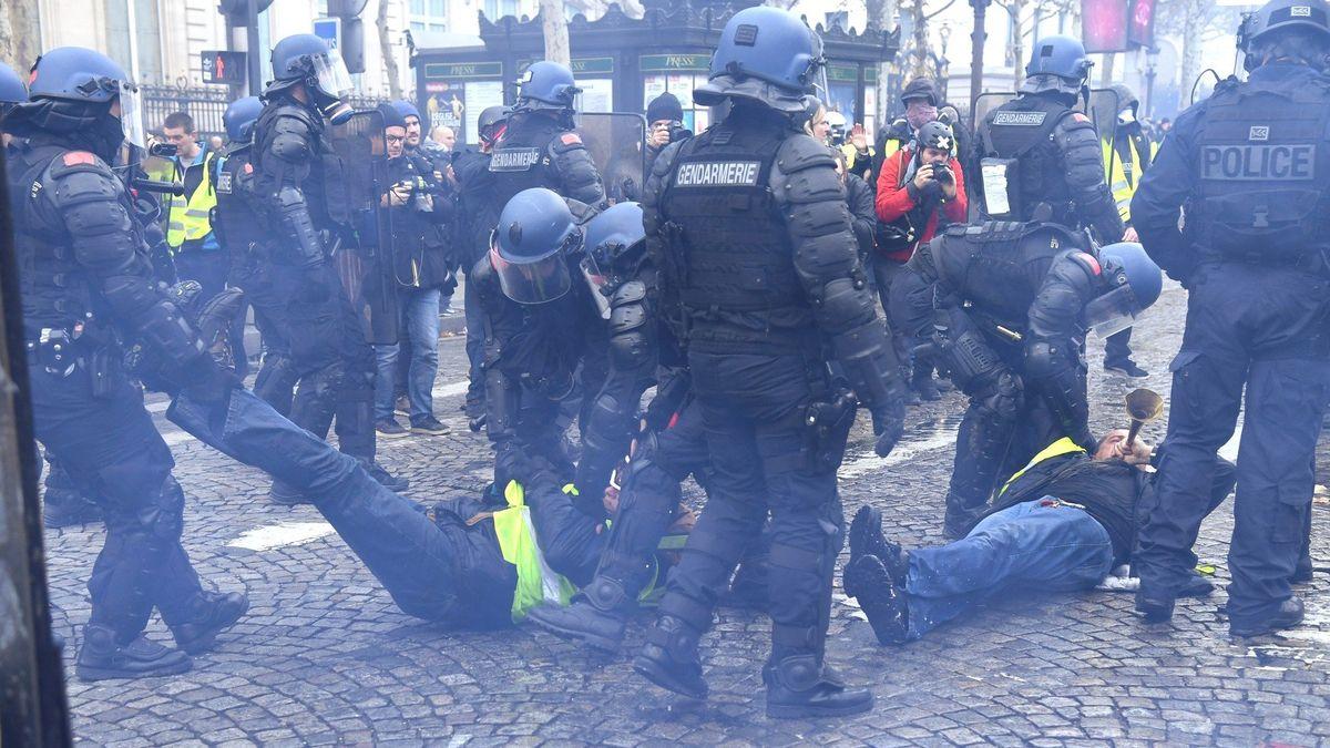 Tisícové protesty vPaříži. Demonstranti se pokusili postavit barikády na Champs-Elysées