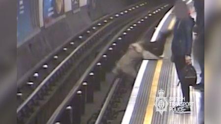 Muž, který vlondýnském metru strčil starce do kolejiště, dostaldoživotí