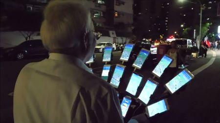 """""""Pokémonový děda"""". Populární mobilní hru hraje současně na 15telefonech"""