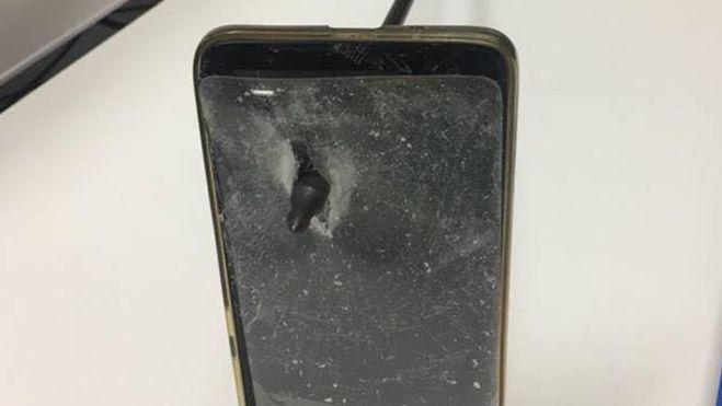 Muži vAustrálii zachránil život telefon, kterým si kryl obličej. Šíp útočníka mobil probodl skrz naskrz