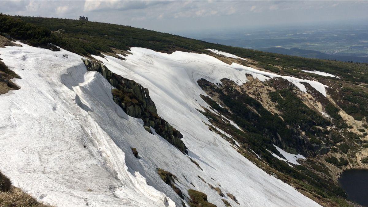 """VKrkonoších se nadále drží zbytky sněhu. Slavná """"Mapa republiky"""" by měla roztát nejdřív na konci června"""
