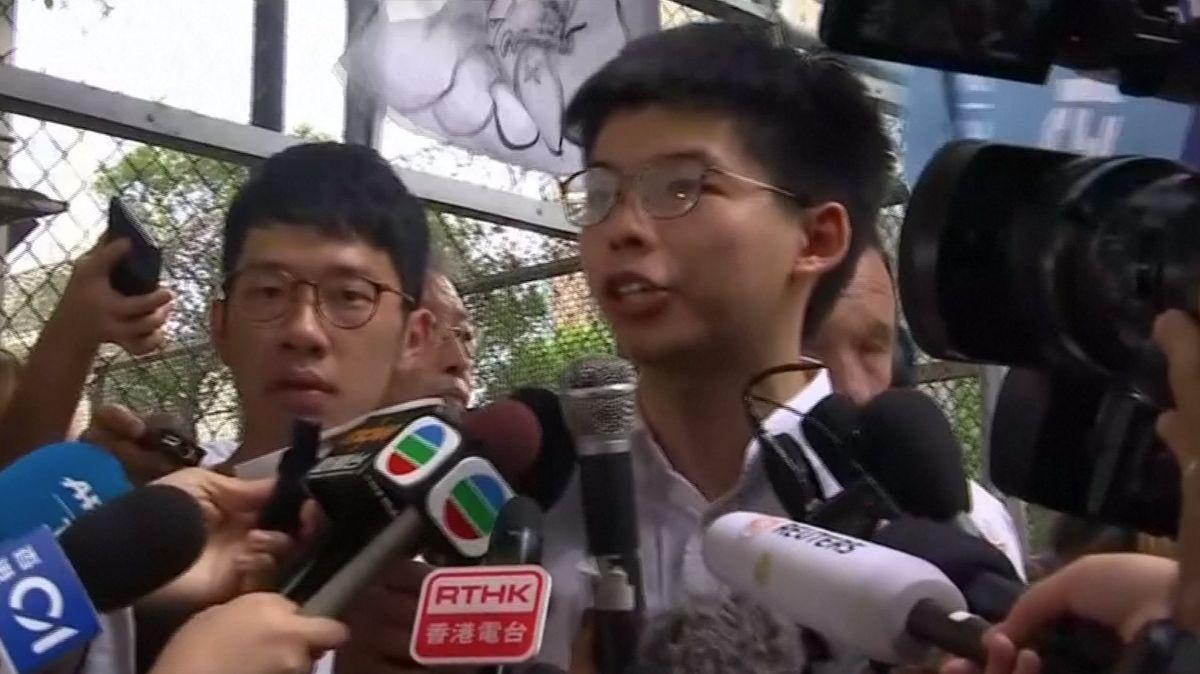 Lídr studentských protestů vHongkongu je na svobodě, správkyni vyzval krezignaci