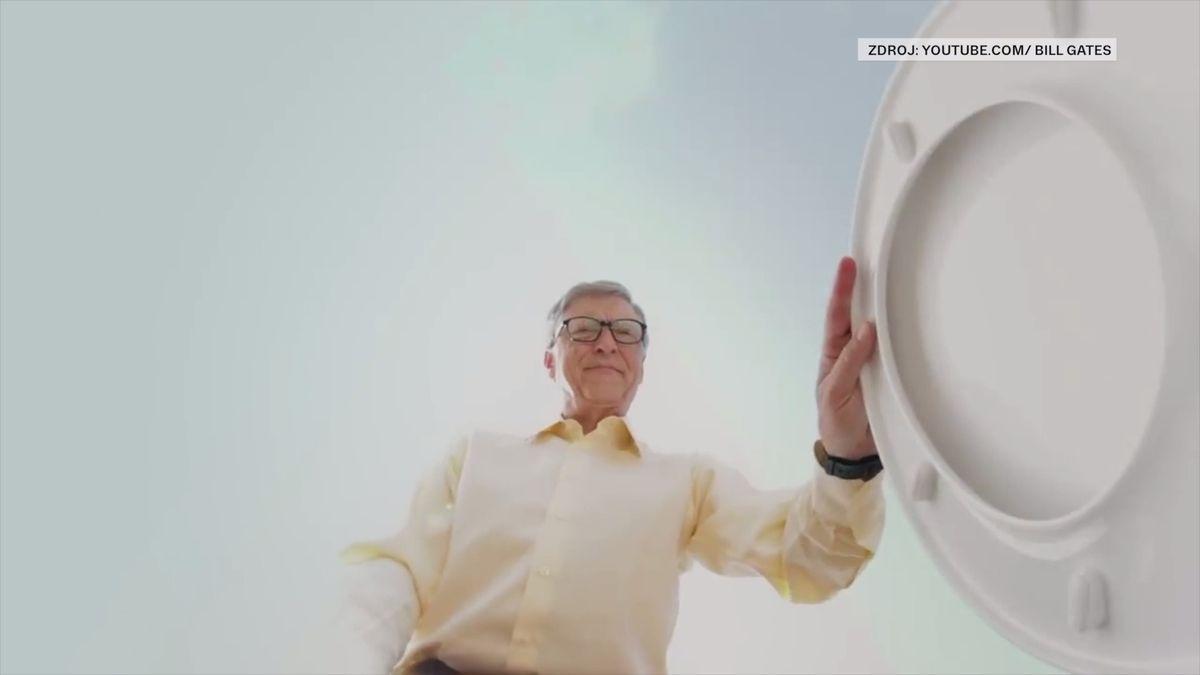 Miliardář Gates ukázal novou ekologickou toaletu. Nepotřebuje vodu ani kanalizaci