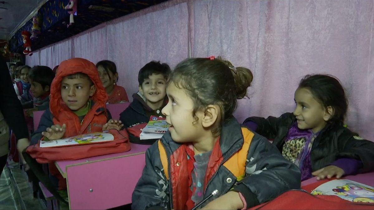Místo sedaček lavice a tabule. Irácké děti chodí do školy do starého autobusu