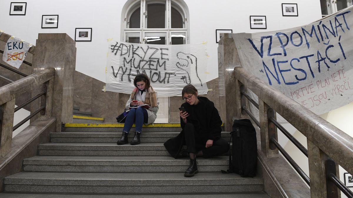 Protestující studenti po dohodě opustili budovu rektorátu Univerzity Karlovy