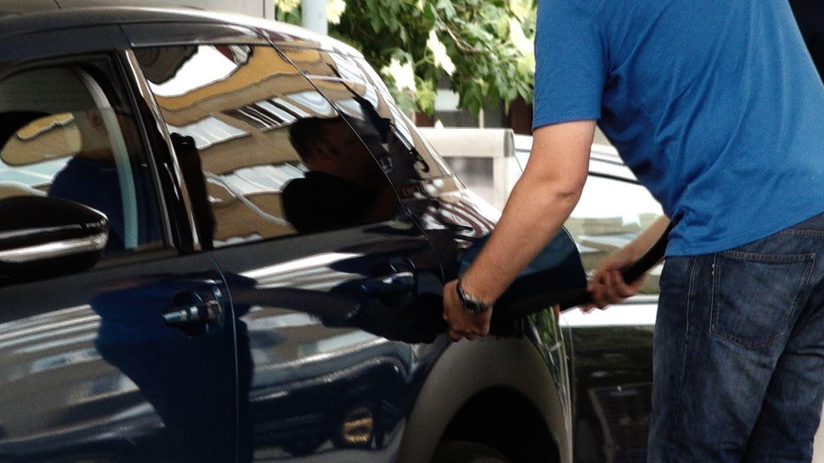 Řidiči tankují na začátku prázdnin stále levněji, benzin se přiblížil 33korunám